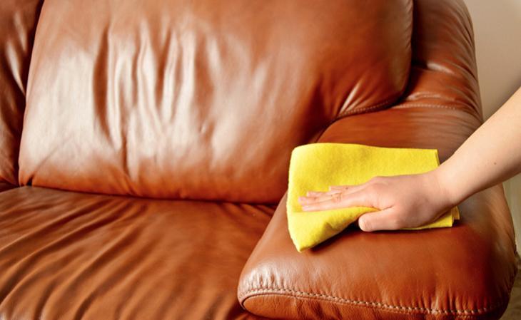 Sử dụng khăn để thấm những vết ướt tránh để sofa bị ẩm