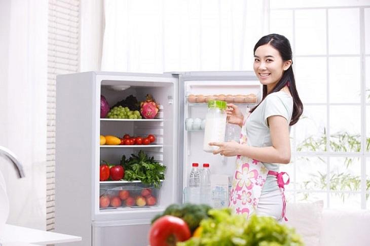 Dọn tủ lạnh để có chỗ trống cho những món ăn phục vụ cả nhà dịp Tết