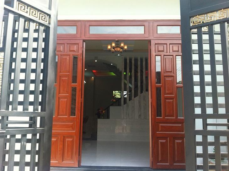 Dù gia đình bạn luôn lau chùi cửa nhà thường xuyên nhưng chắc chắn Tết đến Xuân về những cánh cửa dù lớn hay nhỏ đều được tổng vệ sinh