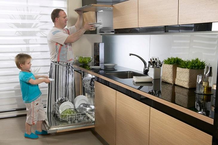 Vệ sinh tủ chén, tủ bếp để và bạn nên bỏ đi những chiếc chén, tô bị nứt hay mẻ và thay mới chúng