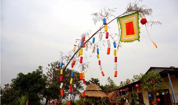 Thân cây có thể được trang trí bằng các loại cờ, phướn, đèn lồng,..