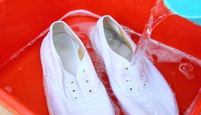 Những sai lầm nghiêm trọng khi giặt giày mà bất kỳ ai cũng gặp phải