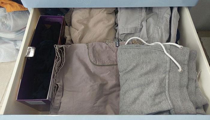 Cách xếp quần áo gọn gàng để được hơn 15 cái áo trong tủ nhỏ