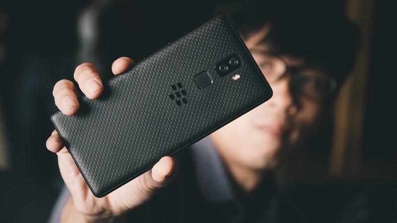 Trên tay nhanh BlackBerry Evolve: Màn hình tràn cạnh, camera kép, pin 4.000 mAh