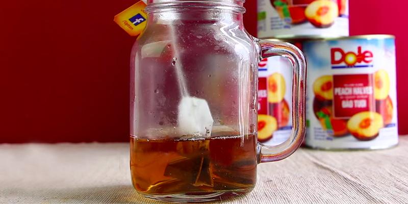 Đổ 150ml nước sôi đển ngâm 2 gói trà túi lọc trong vòng 2-3 phút, sau đó lấy gói trà ra. Nếu bị thâm quầng thì bạn có thể tận dụng chúng bằng cách cho vào tủ lạnh để đắp lên mắt mỏi khi mắt mệt mỏi nhé.