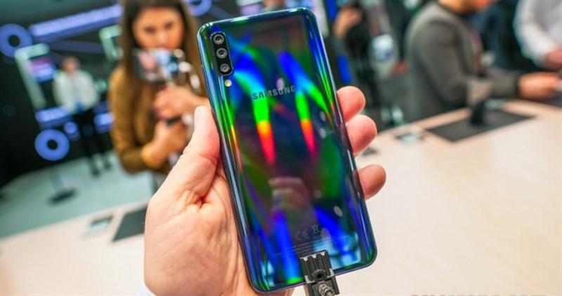 Trên tay Galaxy A50 màu đen