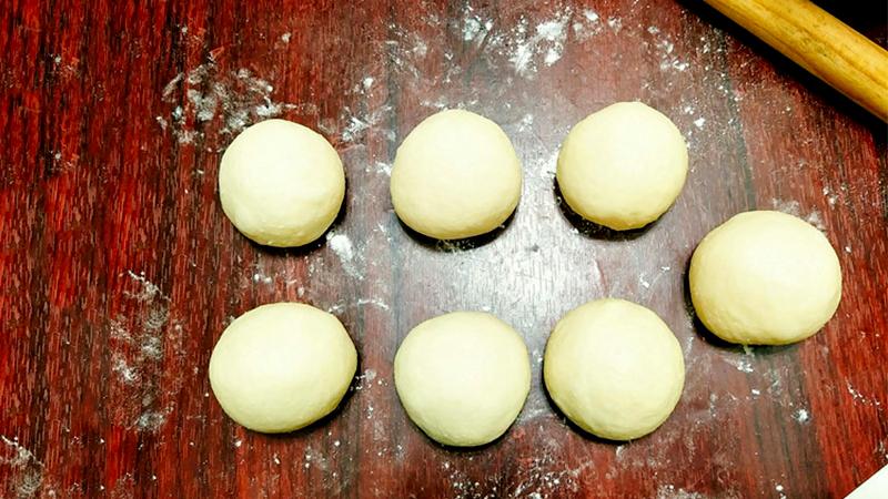 Cho thêm 15g bơ và tiếp tục nhồi tiếp cho đến khi bột mềm mịn, dẻo mà không dính tay rồi cho khối bột vào tô và bọc kín lại, ủ bột khoảng 1-2 tiếng tới khi nở to gấp đôi.