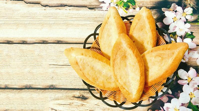 Làm nóng lò ở 200 độ C trong vòng 10 phút trước khi nướng rồi cho khay bánh vào nướng khoảng 20 - 25 phút là bánh chín vàng.
