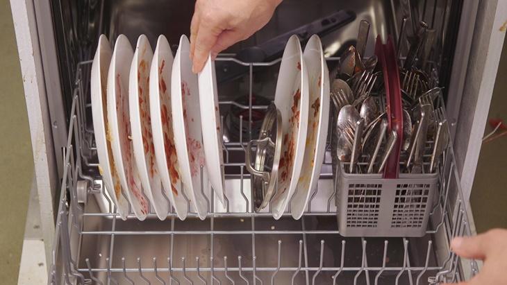 Thêm chén đĩa vào máy