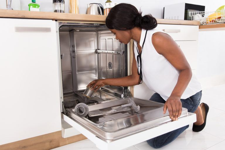 Lau chùi bên trong máy rửa chén