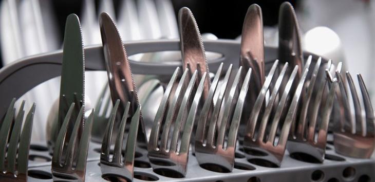 Cách đặt dao, nỉa trong máy rửa chén