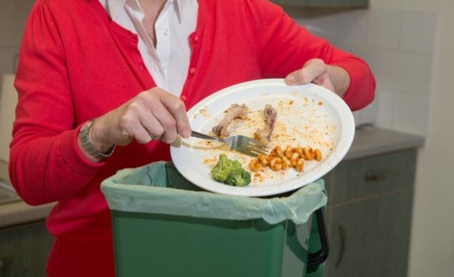 Lấy thức ăn thừa ra trước khi cho vào máy
