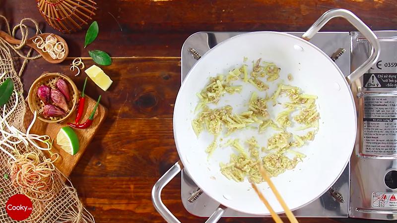 Cho 2 muỗng canh dầu ăn vào nồi rồi cho tỏi băm, hành tím băm và củ riềng (đã nạo vỏ, cắt nhỏ) vào xào thơm.