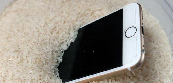 5 cách để bung nước nằm trong loa iPhone vào mùa mưa