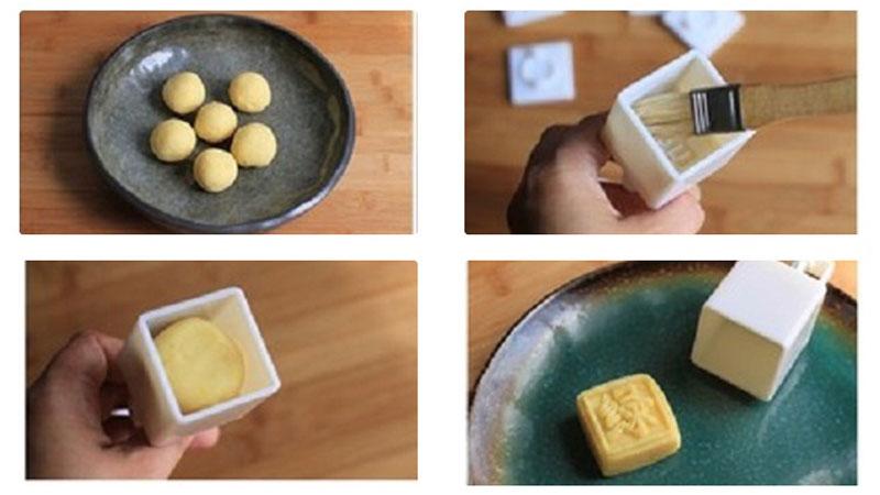Phết một lớp mỏng dầu ăn, cho phần đậu xanh đã chia nhỏ vào khuôn và ép.
