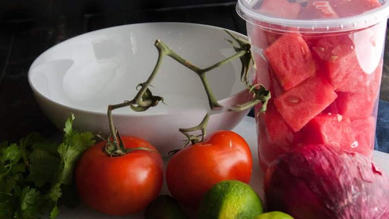 Rửa sạch nguyên liệu, cắt hạt lựu cà chua và dưa hấu