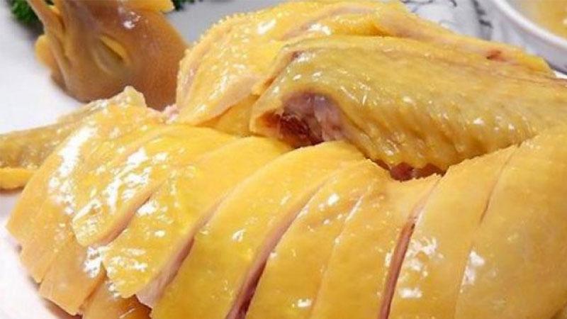 Với lửa nhỏ, thời gian luộc gà ngon và nhanh nhất khoảng 30 phút, nhưng để thịt gà chín đều và da vàng óng phải mất khoảng 45 - 60 phút.