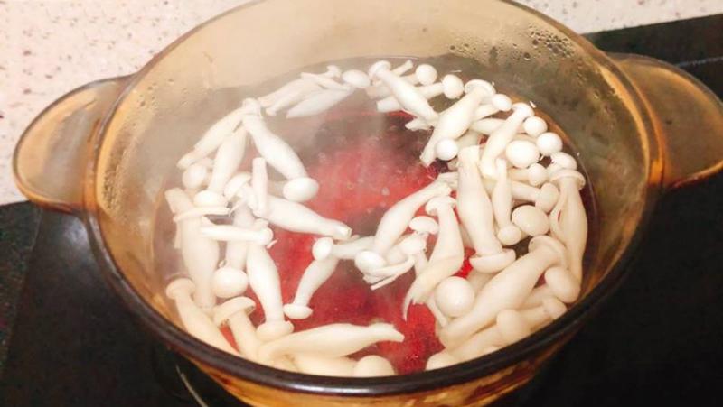 Đun sôi nước, cho nấm vào trước