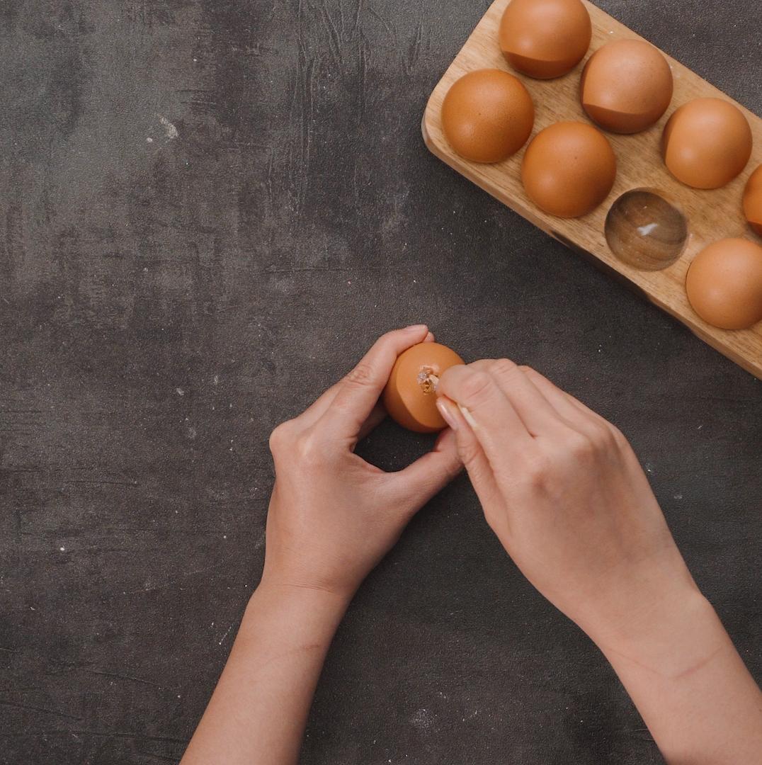 Bước 1 Tạo lỗ nhỏ trên đầu trứng Trứng gà nướng Thái