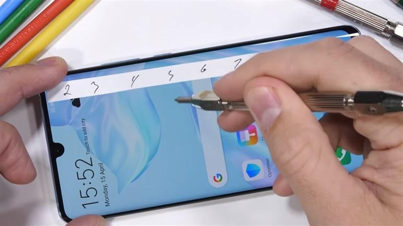 Huawei P30 Pro được kiểm tra độ bền bằng dao nhọn, bẻ cong
