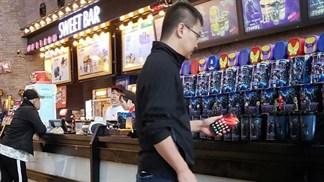 """CEO Redmi cầm smartphone lạ """"chạy Snapdragon 855"""" đến rạp phim?"""