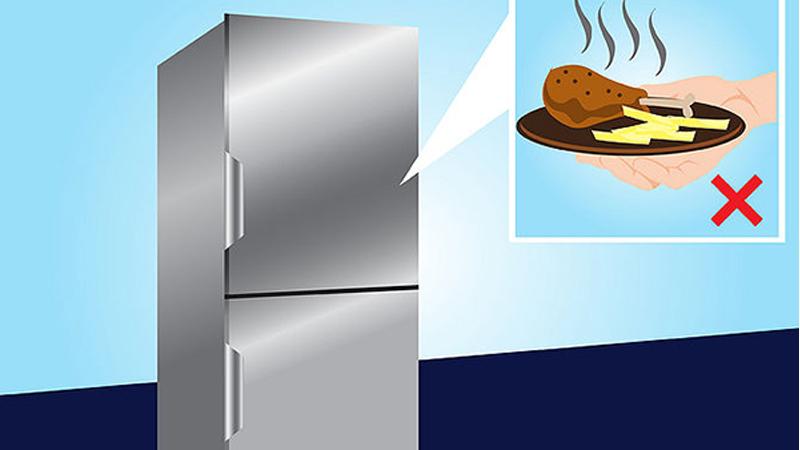 Không để thức ăn nóng vào tủ lạnh