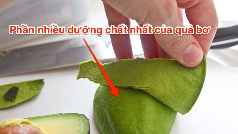 Phần nhiều dinh dưỡng nhất của quả bơ chính là phần thịt xanh đậm ngay dưới lớp vỏ.