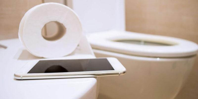 dùng điện thoại trong nhà vệ sinh