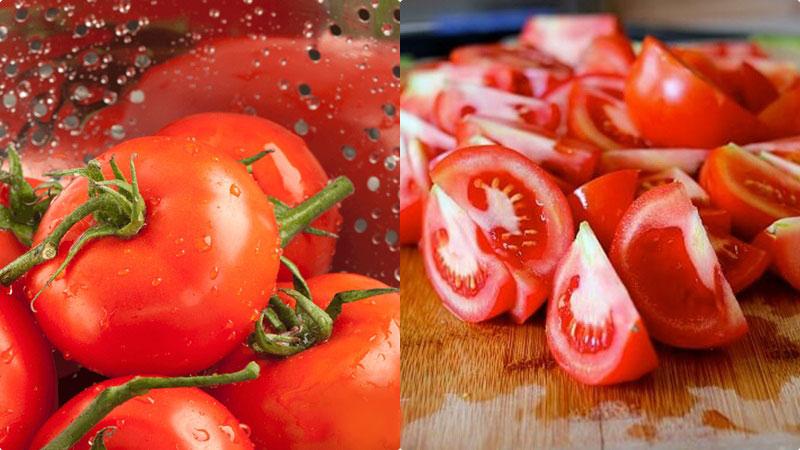 Chọn những quả cà chua tươi ngon, rửa sạch, để vào rổ cho ráo nước, sau đó gỡ bỏ cuống, rồi cắt cà chua ra làm bốn phần để xay dễ dàng hơn.