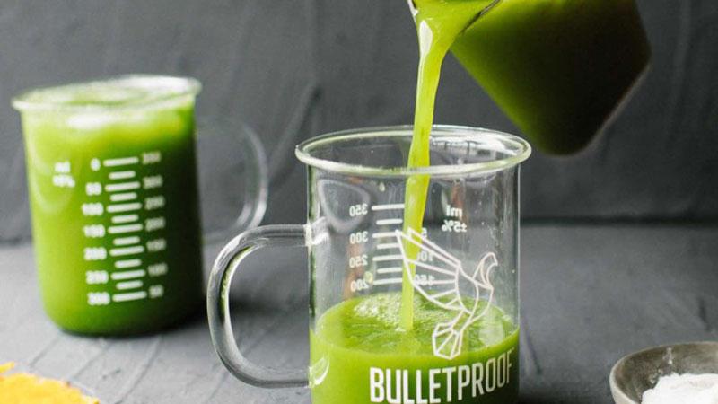 Ly nước ép rau ngót đã hoàn thành rồi, để uống ngon hơn bạn có thể thêm vào ly nước ép vài giọt nước chanh.