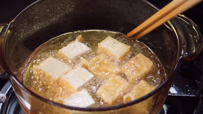 Đậu hủ bạn cắt thành từng miếng nhỏ vừa ăn, sau đó cho vào chảo chiên đến khi vàng đều là được.