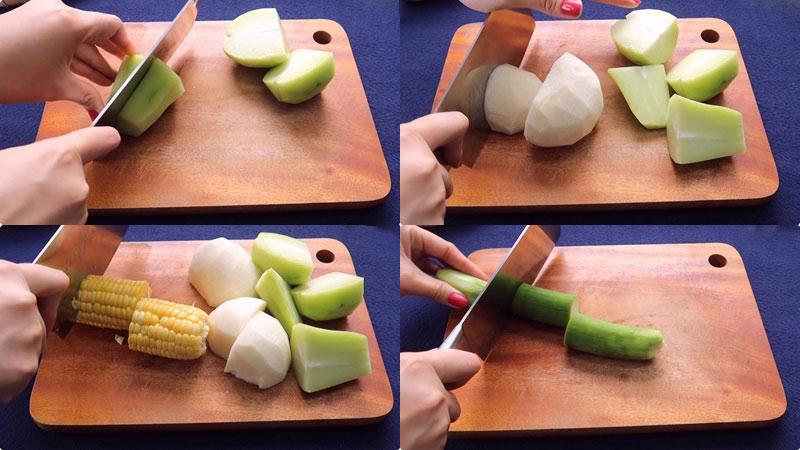 Rửa sạch, cắt bỏ phần vỏ của củ sắn và su su, rồi đem cắt thành từng khúc bự khoảng 3cm.