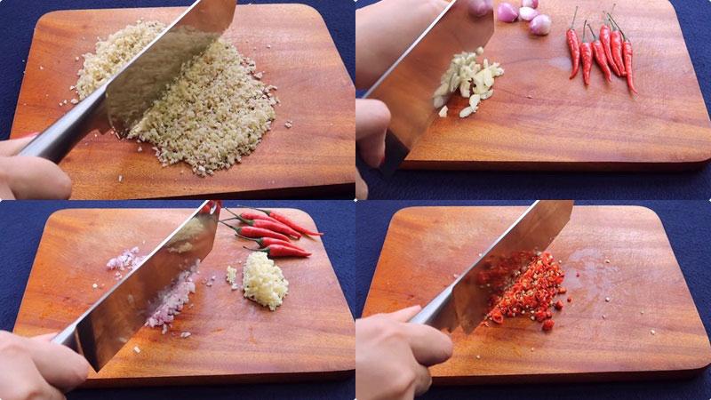 Để dễ băm xả hơn, thì bạn nên đập dập phần xả, cắt nhuyễn rồi băm. Ớt bỏ hạt, rồi băm nhuyễn.