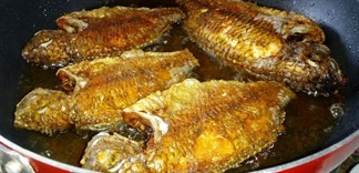 8 cách để chiên cá vàng giòn, không văng dầu, không dính chảo