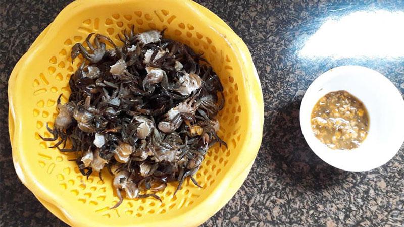 Chọn những con cua đồng còn sống vỏ cứng và chắc, sau đó rửa sạch, tách riêng phần mai và thịt cua.