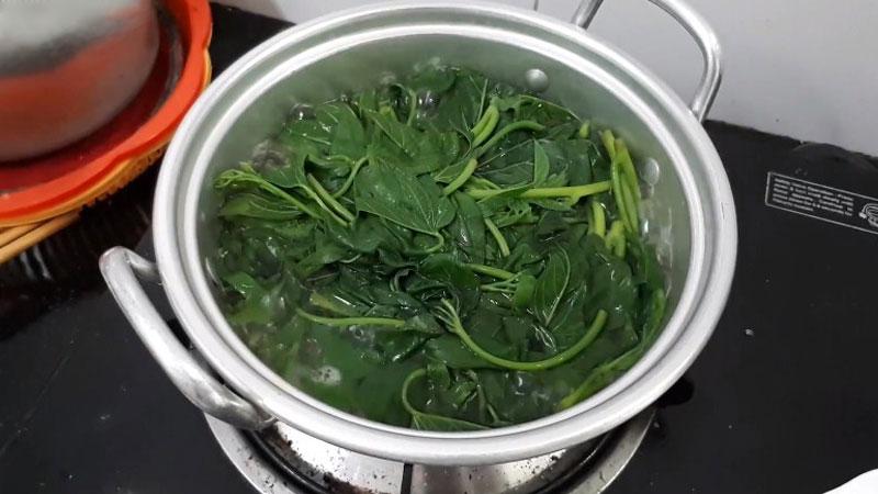 Cho nước lọc vào trong nồi bắt lên bếp với lửa vừa, khi nước đã sôi, cho vào đó một tí muối, khuấy đều cho muối tan.