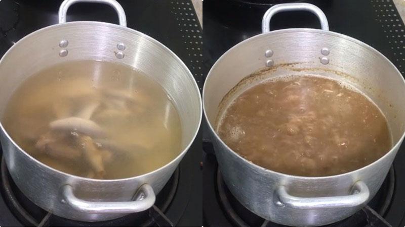 Cho mắm và 600ml nước lọc vào nồi, bắt lên bếp với lửa vừa, nấu cho phần thịt mắm rã vào trong nước.