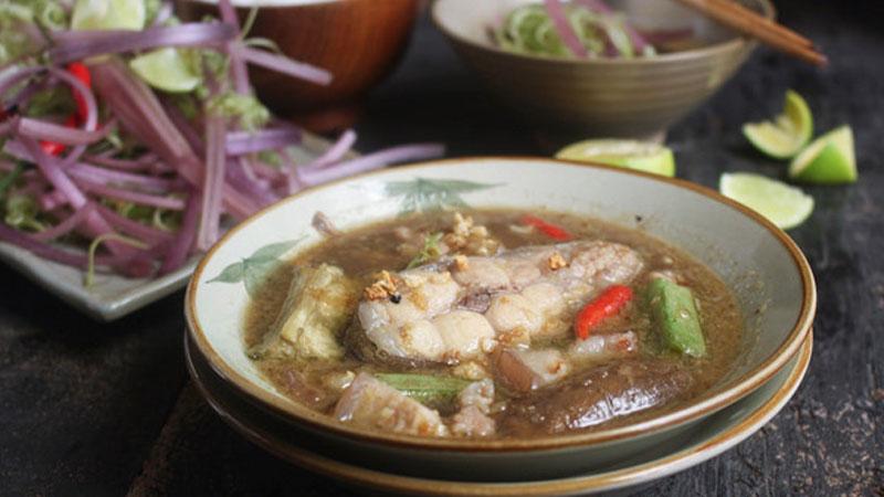 Múc mắm ra tô, cho vài lát ớt lên trên, món mắm kho cá hú đã sẵn sàng lên măm rồi.