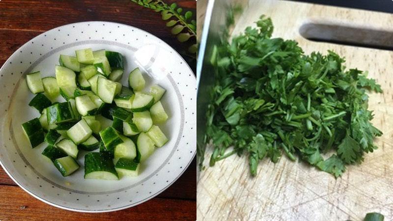 Chọn những trái dưa leo non, cắt 1 phần nhỏ ở cuống và đuôi, đặt miếng vừa cắt lên quả dưa và bắt đầu chà để loại bỏ lớp nhựa trắng, rồi rửa sạch, cắt thành những miếng nhỏ vừa ăn.