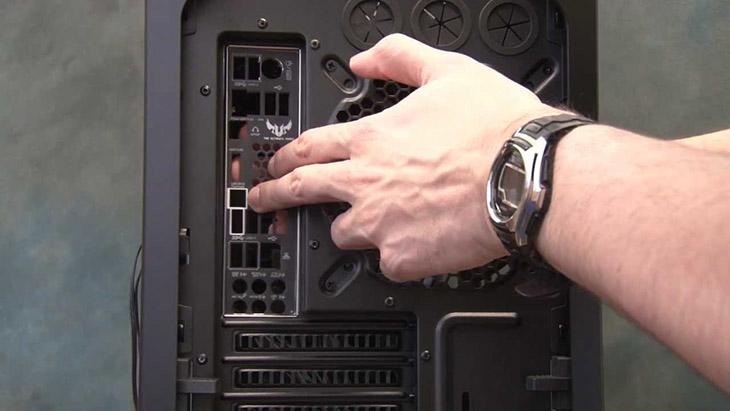 Lắp tấm chắn main vào khoảng sau của case máy tính.