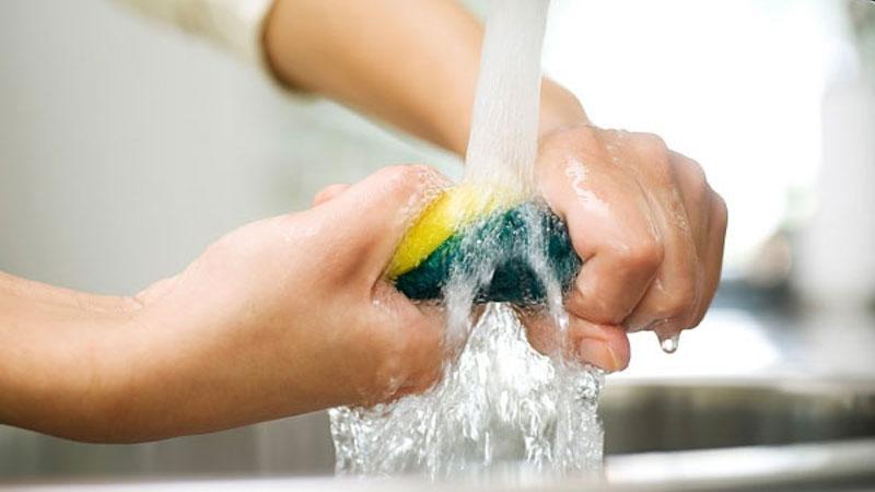 Giặt miếng rửa chén sau mỗi lần sử dụng