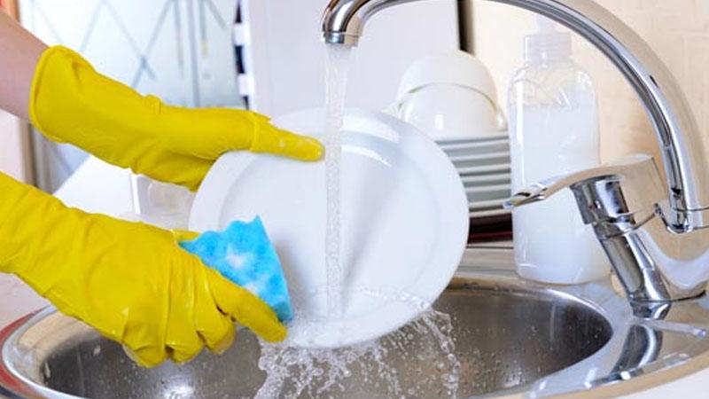 Làm sạch miếng rửa chén bằng nước tẩy