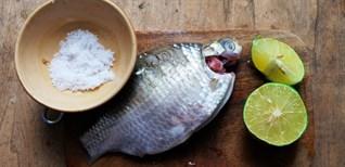 Cá sạch nhớt, hết tanh nhờ các nguyên liệu có sẵn trong bếp