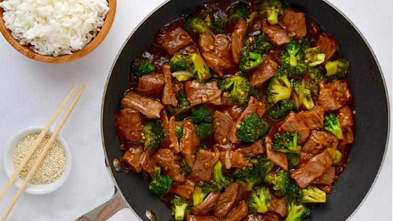 Cho thịt bò xào súp lơ ra đĩa, trang trí với một ít hành lá, rồi thưởng thức thôi.