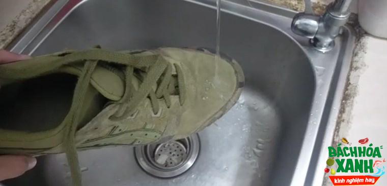 Giày sẽ chẳng bao giờ ướt khi đi mưa với bình xịt nano này