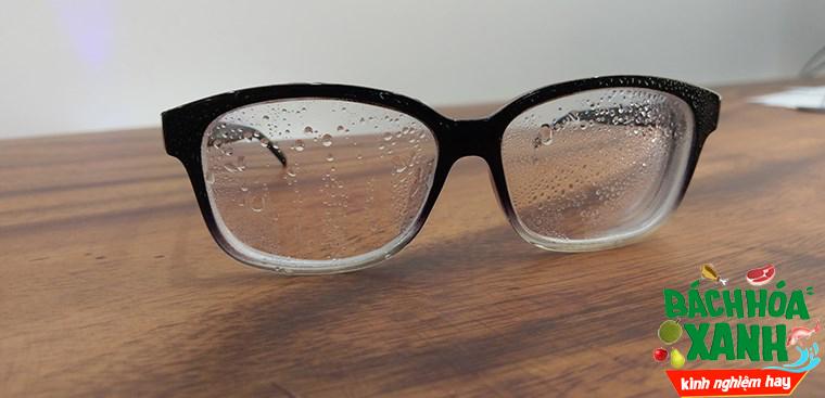 Chống ướt mắt kính mùa mưa bằng bình xịt nano