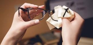 Làm sao để tẩy keo 502 dính trên mắt kính?
