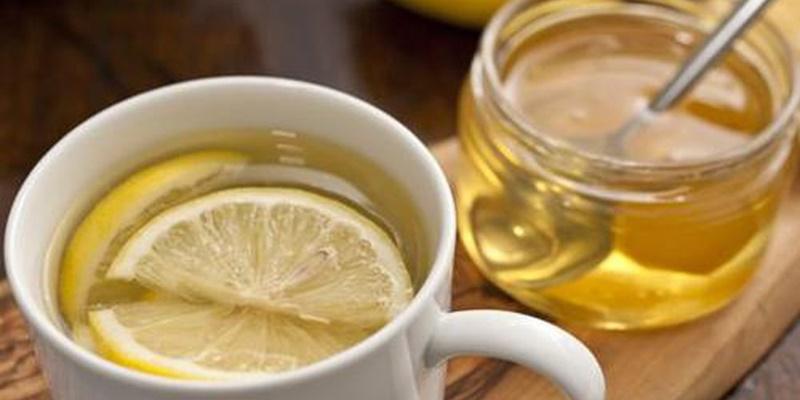Hỗn hợp nước ấm, mật ong và chanh