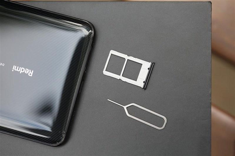Redmi K20 Pro có hai khe cắm SIM, nhưng không có khe cắm thẻ nhớ microSD