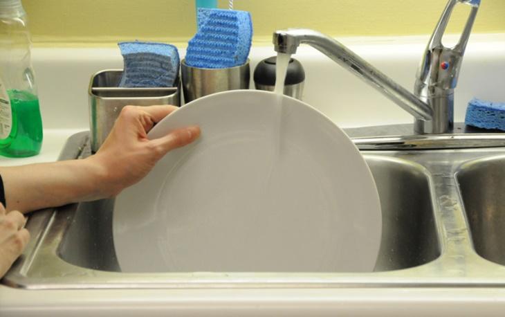 Một số điều bạn cần chú ý khi chọn và sắp xếp chén bát vào máy rửa chén